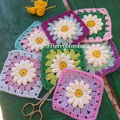 """Crochet bobble daisy granny squares - Neşeli battaniyeler (@merryblankets) on Instagram: """"Sizi sıktım biliyorum fakat renkler oluştukça o kadar hoşuma gitti ki paylaşmadan yapamadım. Lütfen…"""" Crochet Motif Patterns, Granny Square Crochet Pattern, Crochet Granny, Crochet Designs, Easy Crochet, Crochet Bobble, Crochet Quilt, Daisy Pattern, Loom Knitting"""