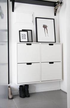 #interior #decor #styling #entryway #hallway #scandinavian #BW #black #white #frames #pictures #posters #shoecabinet