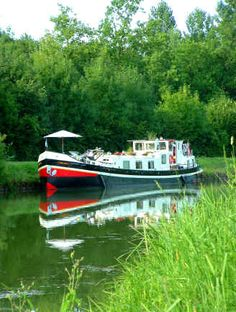 Canal barge vacations on some of the most beautiful waterways in France.    http://www.bargenilaya.com/Opt/canal_barge_vacations_france/canal_barge_vacations_in_france/barge_vacations_on_the_french_canals.jpg