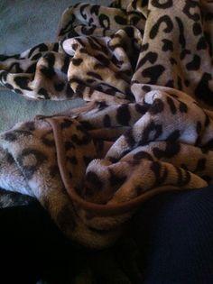 Um dia frio um bom lugar para ler um livro - minha cama!!!!