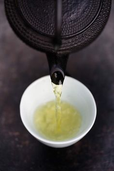 Start your day with a cup of green tea instead. Drink more tea - green tea, oolong tea, herbal tea it tastes good, it hydrates and it keeps you from reaching for unhealthy snacks. Matcha, Chocolate Cafe, Tea Culture, Oolong Tea, Iced Tea, Tea Art, My Cup Of Tea, Tea Ceremony, High Tea