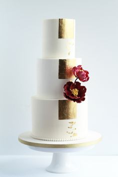 Buttercream wedding cake with gold foil and burgundy flowers. Creative Wedding Cakes, Wedding Cakes With Flowers, Beautiful Wedding Cakes, Beautiful Cakes, Amazing Cakes, Gold Cake Topper, Cake Toppers, Cakes Without Fondant, Burgundy Wedding Cake
