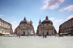 Santa Maria dei Miracoli y Santa Maria in Montesanto, las dos iglesias gemelas de la #PiazzaDelPopolo no son del todo iguales, una tiene la cúpula más ovalada y otra tiene la cúpula más redonda. http://www.viajararoma.com/lugares-para-visitar-en-roma/piazza-del-popolo/ #turismo #viajar #Roma
