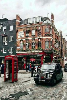 Explore the best things to do in London, Great Britain, with our ultimate guide. Find top recommendations for taking pictures, best places to visit, and more in this post. Cool Places To Visit, Places To Go, Monumental Architecture, Gothic Architecture, Ancient Architecture, London Photographer, City Aesthetic, Things To Do In London, Famous Places