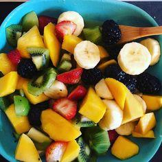 Morning fruit platter at my desk. Drizzle with orange juice and honey. #medicalmedium #medicalmediumkids #lifechangingfoods⠀⠀  #muneeza_medical_intuitive ⠀⠀  #modernmedicinewoman #vegan #veganfood #vegansofig #plantpower #plantbased #healing #healingfoods #chronicallyill #chronicillness #rawfood #yogafood #fitfood #paleo #wellnesswarrior #fruit #fruitlove #natureheals #foodasmedicine #thyroidhealing #foodismedicine #spoonie #juicing #juicefasting #livingplantnectars #livingnectars