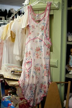 adorable vintage apron, thinking I may have to draft a pattern for this, it is awesome!