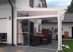 Ein Holz-Terrassendach der Marke REXOcomplete 5m x 3,5m mit Stegplatten Plexiglas Resist in weiß und Regenrinne. Bei dem Dach wurde eine der Terrassenseiten mit einem Seitenkeil sowie einer Schiebetür versehen. Hierfür kamen Plexiglas & Makrolon zum Einsatz. Zudem wurde kundenseits eine ausziehbare Stoffmarkise angebracht, um einen Teilbereich der Terrasse vor Sonneneinstrahlung zu schützen. Ort: Döbern #Terrassendach #Holzterrassendach #REXOcomplete #Stegplatten #Rexin #Plexiglas #Makrolon