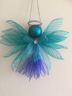 Color clasificado Ángeles hechas de malla de Deco, la cinta y adornos de bolas. Aprox. 8 1/2 pulgadas de altura y 9 1/2 pulgadas de ancho.