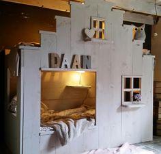 Gaaf huisbed van steigerhout, behandelt met taupe krijtverf. Het is een 2 persoons bed ( stapelbed )  Dit kinderbed is er om de grootste avonturen te beleven en misschien een klein beetje te slapen.
