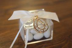 ΜΠΟΜΠΟΝΙΕΡΑ ΓΑΜΟΥ κουτί plexiglass με δέσιμο από σατέν κορδέλα διπλής όψης, 7 κουφέτα Χατζηγιαννάκη και στοιχείο-κόσμημα δεμένο εξωτερικά. Here Comes The Bride, Gift Wrapping, Engagement, Gifts, Wedding, Gift Wrapping Paper, Valentines Day Weddings, Presents, Wrapping Gifts