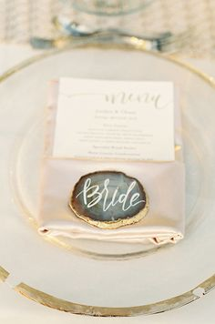 This sliced and gilded geode place card is so gorgeous!