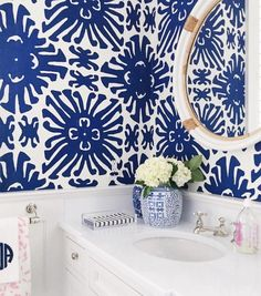 // Obsessed with this blue and white graphic wallpaper. Decor, Bathroom Wallpaper Trends, Sweet Home, Bathroom Decor, Home Decor Decals, Powder Room, Home Decor, Bathroom Design, Bathroom
