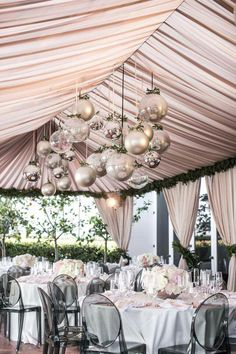 I'm in love with this delicate but bold champagne pink, gold, and silver ornament wedding layout. I'd do it anytime of year. ❤