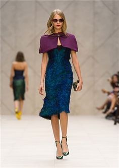 Burberry PV 2013- Capelina de satén morada y vestido con plumas de pavo real. ¡¡ Que chic ¡¡