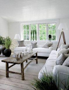 Ciekawostka: noga lampy, która stoi w rogu salonu, zrobiona została ze starej podstawy pod lunetę. Więcej: http://www.weranda.pl/domy-i-mieszkania/styl-skandynawski/drewniany-dom-nad-morzem