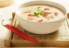 Pittige Thaise kippensoep. Thai Recipes, Asian Recipes, Soup Recipes, Healthy Recipes, Skinny Kitchen, Soup For The Soul, Good Food, Yummy Food, Soups And Stews