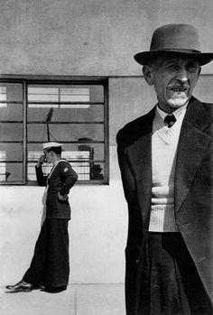 Sergio Larrain n'a pas vingt ans lorsque, pour s'éloigner du milieu de sa famille de notables, il quitte le Chili et part, en 1949, en Californie, à Berkeley, pour y faire des études d'ingénieur forestier. Il va vite s'orienter vers la photographie et commence à photographier librement au fil des rues à Santiago ou Valparaiso. Il devient photographe professionnel, free-lance d'abord puis comme collaborateur du magazine brésilien O Cruzeiro.
