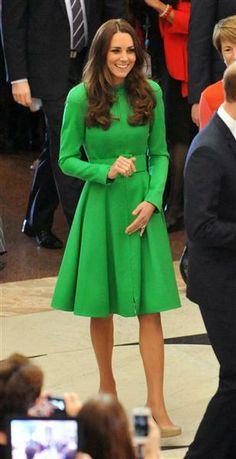 #KateMiddleton lució #hermosa con su vestido #verde en corte campana. http://on-msn.com/1o89XGr