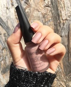 Blushing Beige Blushing Beige Honeycomb Nail Art See We loved this nail art model, which can be similar to honeycomb. Minimalist Nails, French Nails, Matte Nails, My Nails, Bright Red Nails, Manicure Y Pedicure, Nail Polish Colors, Nails Inspiration, Coffin Nails