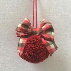 Uma idéia fofa pra quem tem pequenos em casa que mexem nos enfeites da árvore de Natal. É um pompom de lã com um laço!! #handmade #crochet #Croche #crochetlove #crocheting #crochetlife #crochethat #crocheter #kniting #winter #spring #exclusiv #specialtings #rosariacunha #rosariacunhabebe#rosariacunhacollections#kniting #christmas #pompom