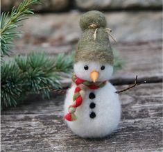 Felt Christmas Decorations, Felt Christmas Ornaments, Christmas Snowman, Christmas Crafts, Holiday Decor, Wool Needle Felting, Needle Felted Animals, Christmas Needle Felting, Needle Felted Ornaments