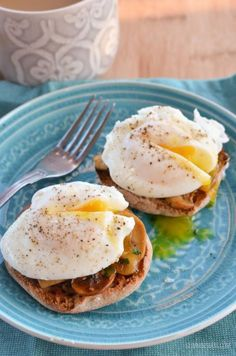 healthy breakfasts / Slimming Eats Poached Eggs over Garlic Mushrooms - gluten free, dairy free, paleo, vegetarian, Slimming World and Weight Watchers friendly Healthy Microwave Meals, Microwave Recipes, Healthy Snacks, Healthy Eating, Microwave Eggs, Healthy Brunch, Slimming Eats, Slimming World Recipes, Slimming World Breakfast Ideas Quick