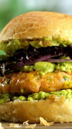 Lachs Burger - Mit einer köstlichen Guacamole-Sauce Imágenes efectivas que le proporcionamos sobre diy surgical m - I Love Food, Good Food, Yummy Food, Salmon Recipes, Fish Recipes, Turkey Burger Recipes, Shrimp Recipes, Onion Burger, Cooking Recipes