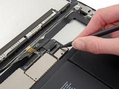 Schritt 28 -       Heben Sie die Klappe, die den LCD-Flachbandkabel ZIF-Stecker hält.      Entfernen Sie das LCD-Farbband aus dem Sockel auf der Hauptplatine mit den Fingern oder einer Pinzette.
