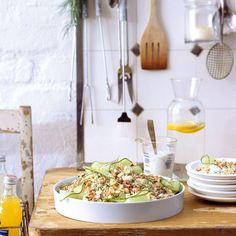 Couscous, Krabben, Feta, dünne Gurkenscheiben, Dill und Schnittlauch und dazu ein zitroniges Dressing: fertig ist der Partysalat.
