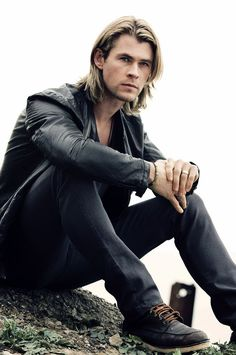Chris Hemsworth… not a fan of blondes usually, but yes. Chris Hemsworth… not a fan of blondes usually, but yes. Guy Haircuts Long, Medium Haircuts, Long Haircuts For Guys, Trendy Haircuts, Modern Haircuts, Gabriel Aubry, Hemsworth Brothers, Chris Hemsworth Thor, Hommes Sexy