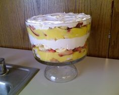 The Creative Homemaker: Strawberry Banana Trifle- Mmmm!