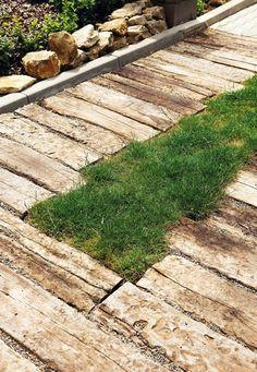 Staré dřevo použili majitelé na cestičky na zahradě.