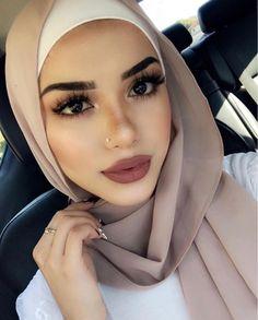Hiyab Loubna Meron Tips for Buying Tights, Pantyhose and Other Legwear Online There's little questio Mode Turban, Turban Hijab, Hijab Dress, Beautiful Muslim Women, Beautiful Hijab, Hijabi Girl, Girl Hijab, Islamic Fashion, Muslim Fashion