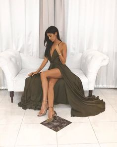 """The """" stunner Nicole Williams shares how she gets her long lean body Sexy Skirt, Dress Skirt, Dress Up, Nicole Williams, Effortless Chic, Famous Women, Classy Women, Dance Dresses, Outfit Posts"""