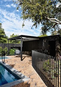 Kew II House is a minimalist house located in Melbourne, Australia designed by Kennedy Nolan. Fence Landscaping, Pool Fence, Front Yard Fence, Backyard Fences, Fence Gate, Garden Fencing, Fence Around Pool, Ideas Para El Patio Frontal, Concrete Fence