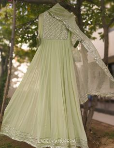 Indian Fashion Dresses, Frock Fashion, Dress Indian Style, Indian Gowns, Indian Designer Outfits, Style Fashion, Designer Anarkali Dresses, Designer Party Wear Dresses, Kurti Designs Party Wear