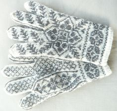 Hilly's Selbuvotter gloves Knitting Charts, Knitting Stitches, Knitting Patterns, Crochet Patterns, Mittens Pattern, Knit Mittens, Knitted Gloves, Wrist Warmers, Hand Warmers