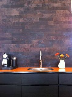 Kitchen wall in leather. Perfect back splash. it resistst dirt and fat and is easy to clean. Wall Wallpaper, Wall Decor, Leather Interior, Kitchen Wall, Cottage Kitchen, Kitchen, Objects Design, Leather Wall, Water Buffalo Leather
