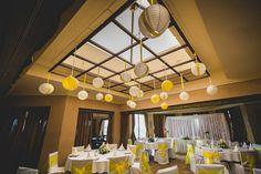 Esküvői plafon dekoráció ötlet; citromsárga és fehér lampionok - Wedding ceiling decoration inspiration; white and yellow lanterns