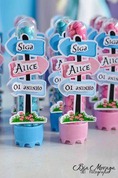 Tubete Alice no país das maravilhas    * impressão com qualidade fotográfica;  * aplique 3D;  * material acrílico transparente;   * tampa várias cores à escolher.    Pedido mínimo: 10 unidades