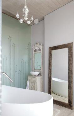 baño rústico, mueble restaurado para lavabo, bañera exenta, techo de madera, suelo de parquet