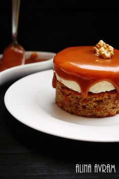 Carot cake with creamcheese and caramel sauce