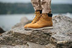 Sneakers montantes Timberland Killington 6-inch wheat nubuck portées avec un chino slim beige