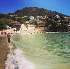 La Playa El Portet es una playa muy concurrida esta compuesta de arena y es una playa urbana. Playa totalmente accesible. Es una playa para tomar un baño tranquilo gracias a sus aguas cristalinas y en calma. Es perfecta para hacer snorkel o buceo ya que hay zonas de piedra donde poder disfrutar de los fondos marinos. #alicante #playas #beach #calas #alacant #beaches #cala #playa #teulada #moraira #elportet