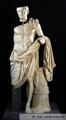 GeneraleDiTivoli.jpg personaggio stante nudità eroica avvolto in mantello stante su gamba sinistra, mantello che ricade su braccio sinistro, sostegno armatura che esplicita il suo elevato rango militare. testa attenzione al dettaglio sillana, impostazione eroica muscolatura modello tardoellenistico 90 70 aC condottiero romano santuario ercole di tivoli