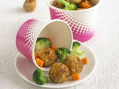 These mini chicken balls with grated carrot and apple and flavoured with basil, parmesan and a little sweet chilli sauce Baby Food Recipes, Chicken Recipes, Snack Recipes, Cooking Recipes, Healthy Recipes, Dinners For Kids, Kids Meals, Annabel Karmel Recipes, Jack Food