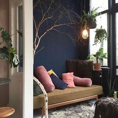 THE NEW SEASON IS THE PERFECT TIME TO REVAMP YOUR WALLS AND EMBRACE BOLD, BALLSY, INKY COLOUR. CONVINCED, BUT AFRAID TO TAKE THE PLUNGE? HERE'S HOW TO JOIN THE
