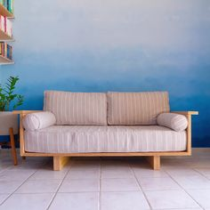 30 Easy & Creative DIY Home Decor Ideas on A Budget Tutorial Möbel bauen diy Diy Furniture Videos, Diy Furniture Couch, Diy Couch, Diy Furniture Easy, Home Decor Furniture, Pallet Furniture, Furniture Projects, Furniture Design, Modern Furniture