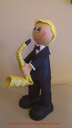 Fofucho músico saxofonista -lateral/Musician fofucho doll with his saxophone - one side