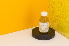 Desmaquillante bifásico  Con aceite de rosa mosqueta, macerado de rosas orgánicas, agua de lavanda y a.E de Lavanda y Rosas, descongestivos naturales  Presentación: 100 ml  PH: Lisandro Galván  http://www.coroflot.com/lgalvanfernandez